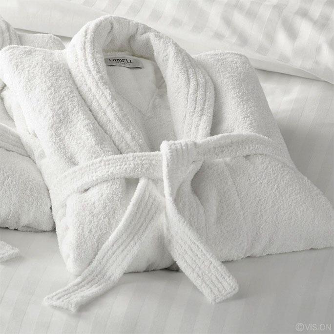 Białe szlafroki hotelowe